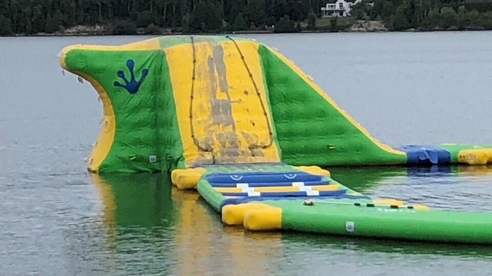 Une structure gonflable sur l'eau a été la cible de vandales.