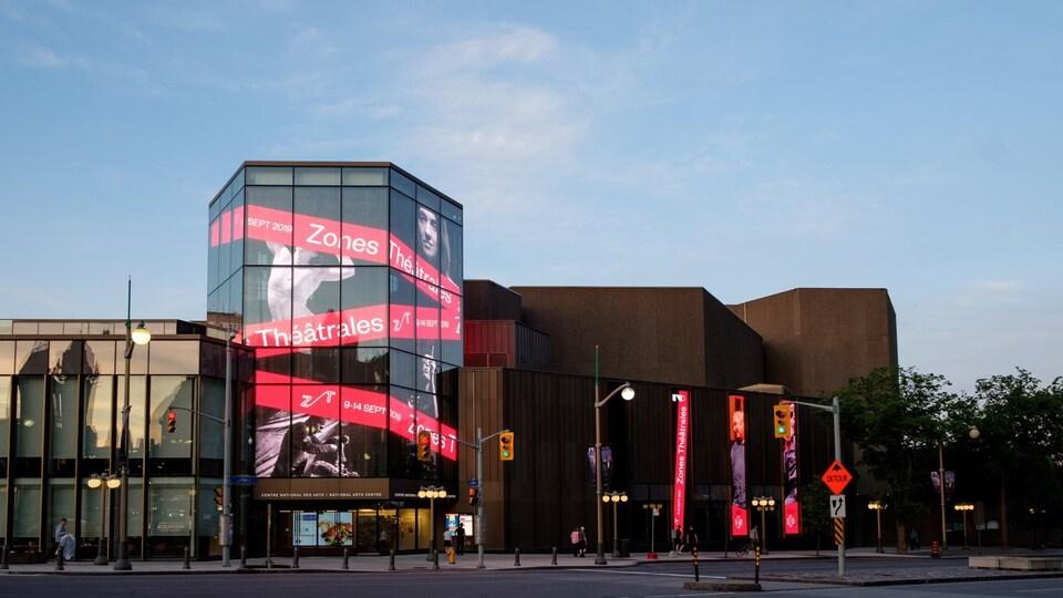 La façade du CNA, vitré, qui affiche « Zones Théatrales ».