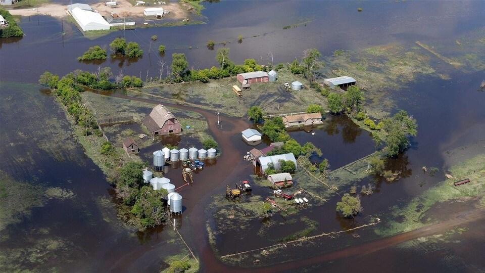 Vue aérienne d'une ferme inondée.