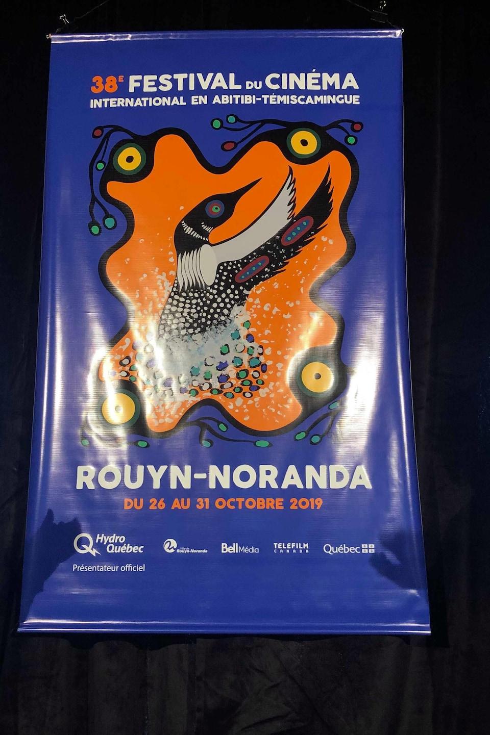 Une affiche aux couleurs vives montre un huard dans la tradition autochtone. L'affiche indique 38e Festival du cinéma international en Abitibi-Témiscamingue.