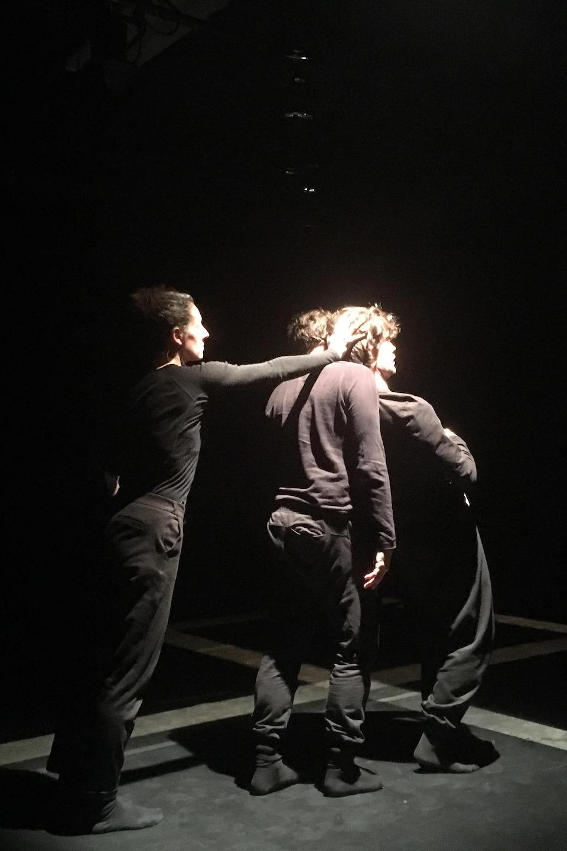 Les artistes en répétition. Ils sont trois.