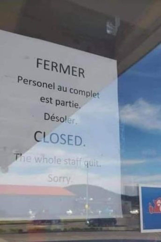 Une affiche dans un porte où il est écrit : « Personnel au complet est parti. Désolé».