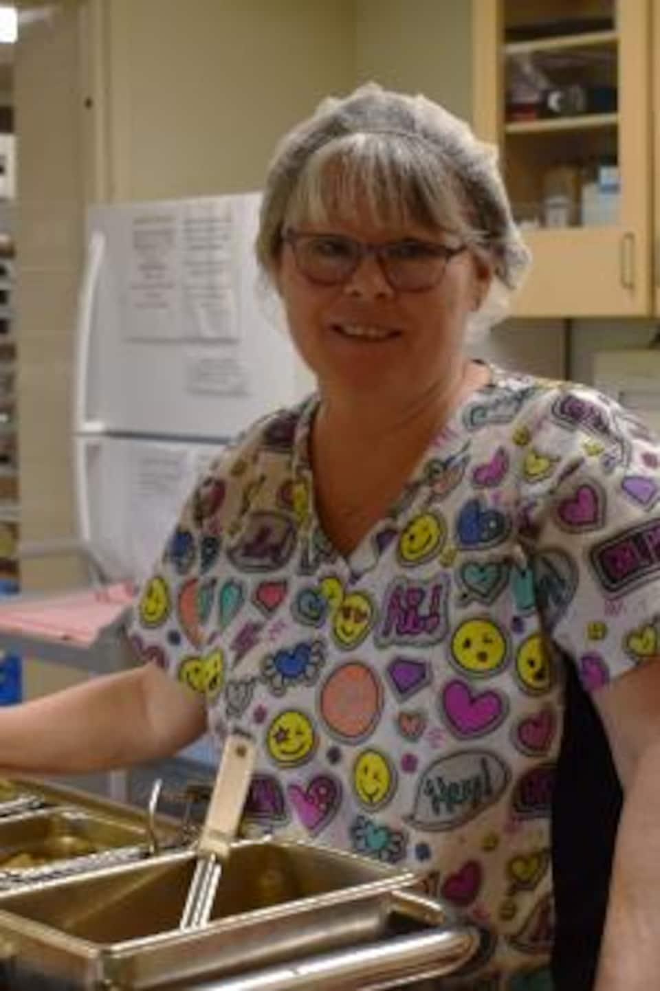 Dawn Madsen dans son milieu de travail, soit une cuisine de foyer de soins.