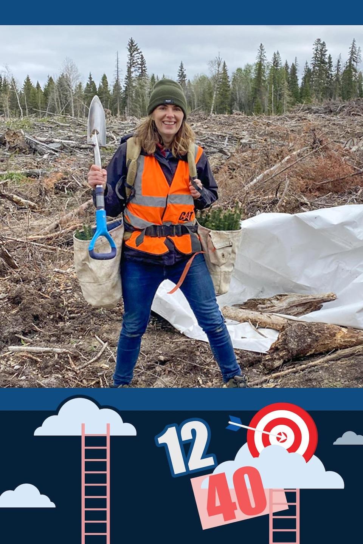 Pelle à la main, Nicole pose fièrement avec son attirail pour transporter les jeunes pousses d'arbres qu'elle plante dans le nord de la Saskatchewan.