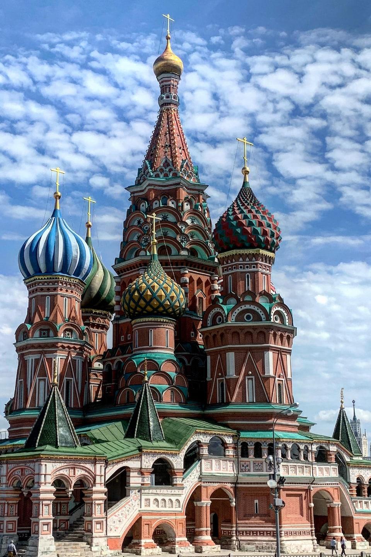 Les clochers à bulbes de cette église orthodoxe sont de couleurs vives.