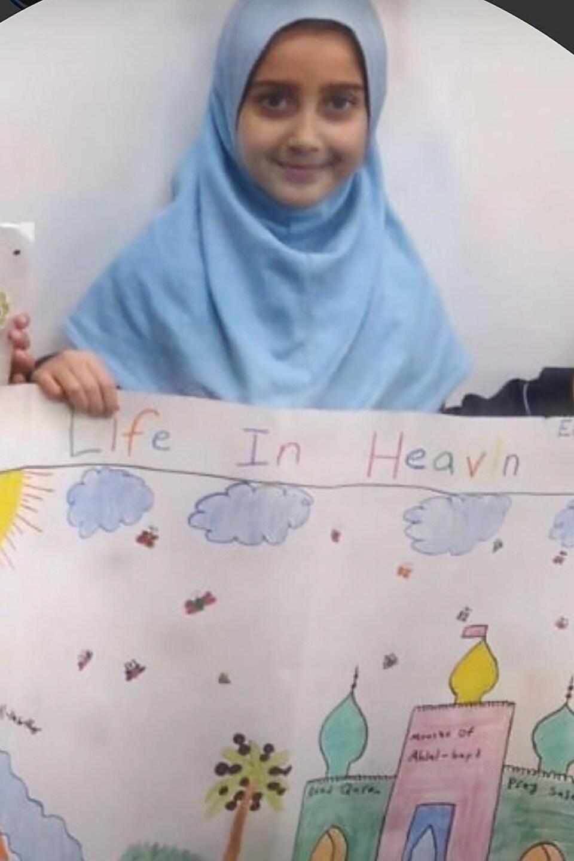 Elsa Jadidi montre un dessin qu'elle a fait. La photo a été partagée par les élèves et les enseignants de l'école Wali Ul Asr pour aider à faire le deuil.