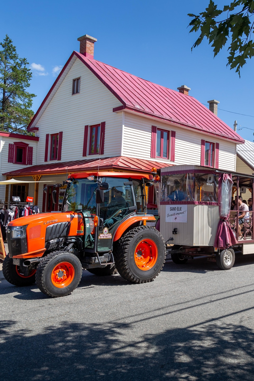 Un tracteur promène un train touristique à Saint-Élie-de-Caxton.