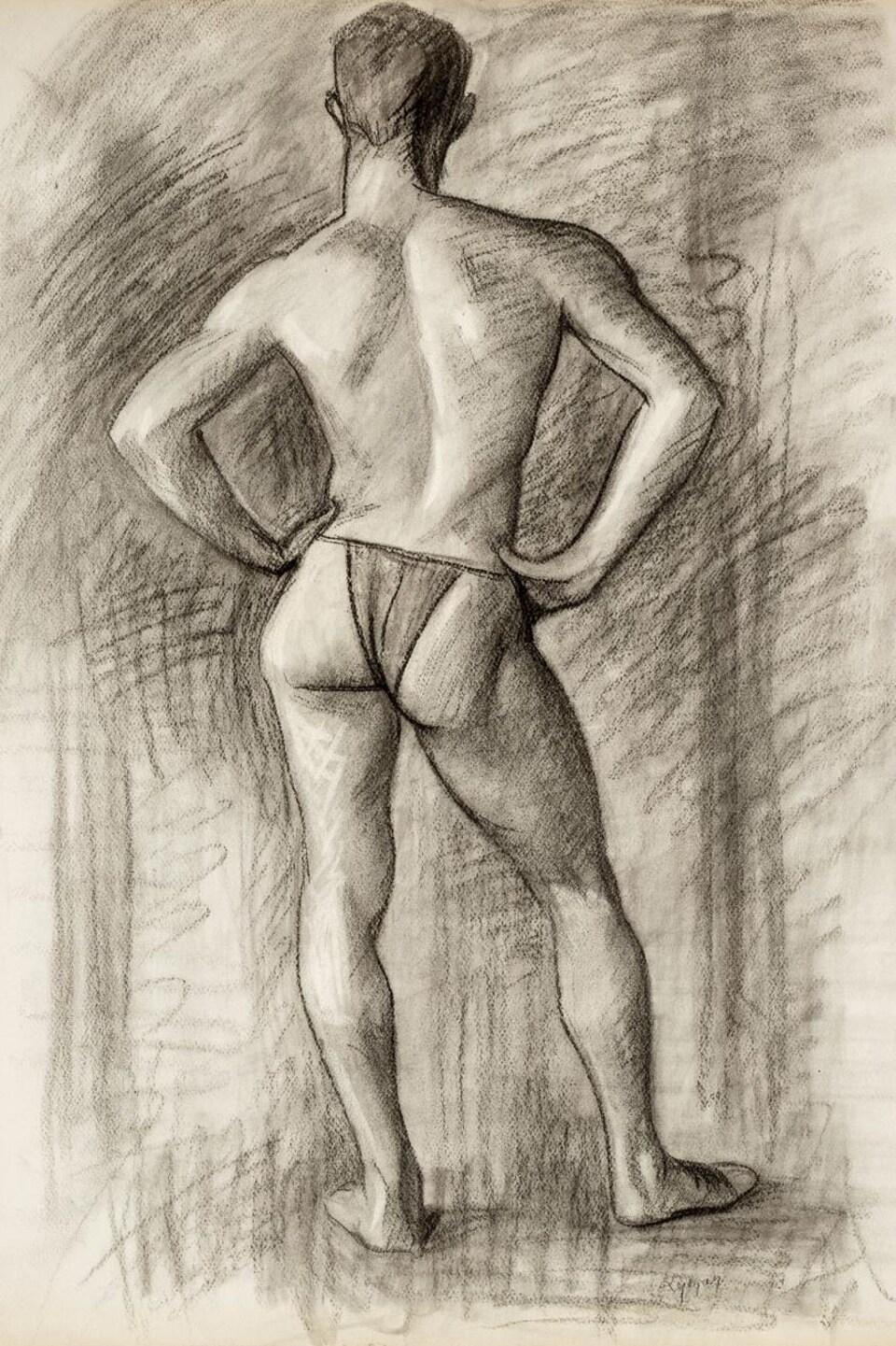 Un homme vêtu d'un slip pose de dos.