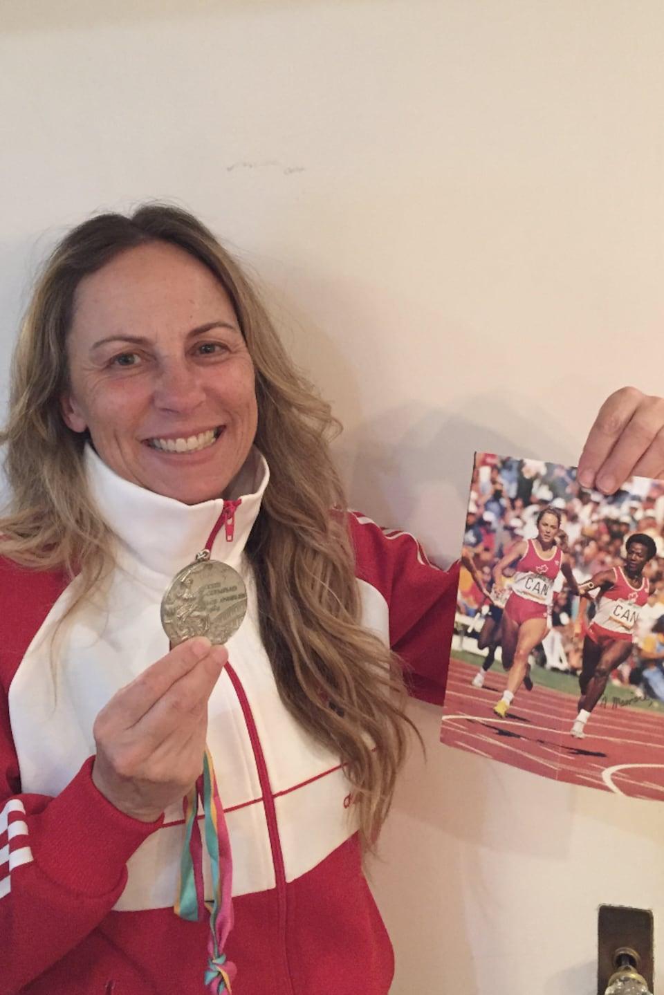 Une femme porte fièrement sa médaille des Jeux olympiques.