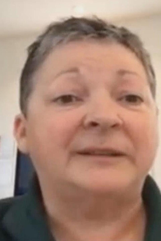 Une femme lors d'une entrevue par vidéoconférence.