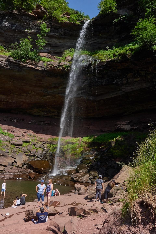 Une dizaine de touristes sont installés au pied de la chute Kaaterskill.