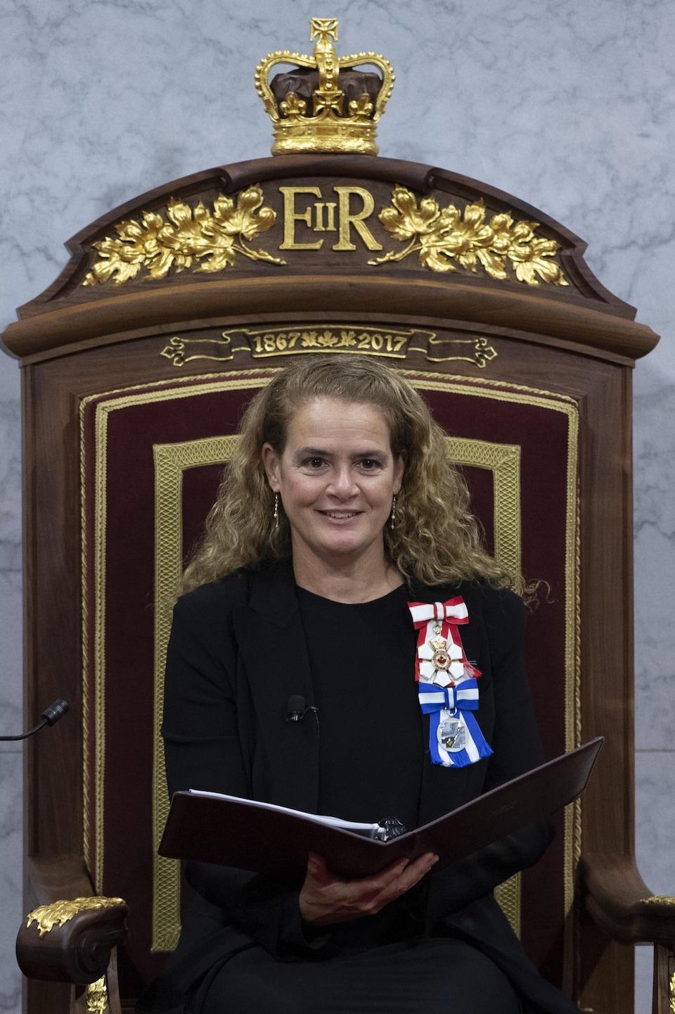 Julie Payette décorée de médaille.