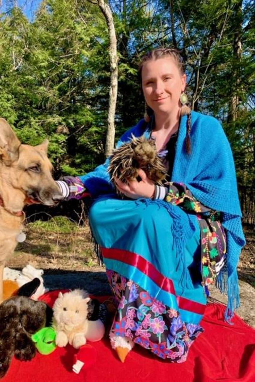 Edith Bélanger, vêtue d'une jube à rubans traditionnelle.