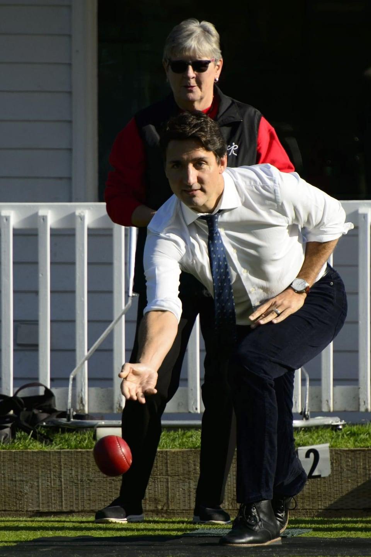 M. Trudeau lance une boule rouge.