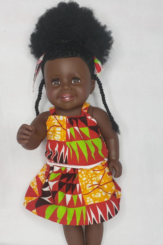 La poupée Zola, vêtue et coiffée par Marie Rosette Mikulu.