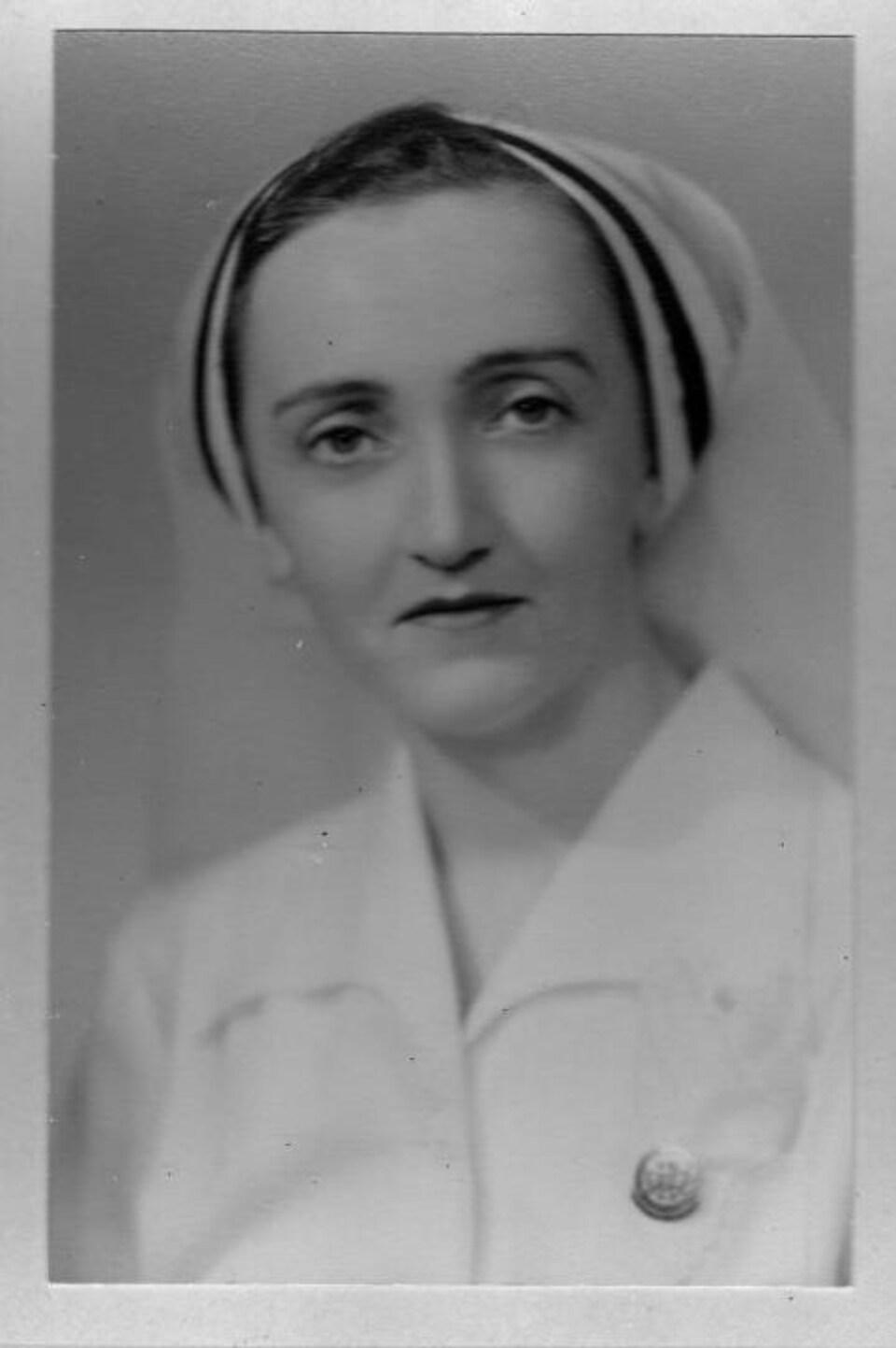 Portrait en noir et blanc de Martha Arsenault dans son uniforme d'infirmière