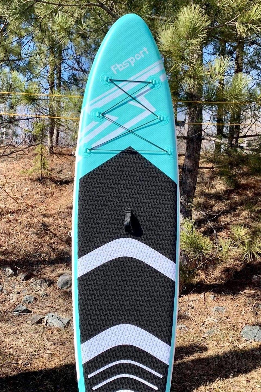 Une planche à pagaie gonflable dans la forêt.