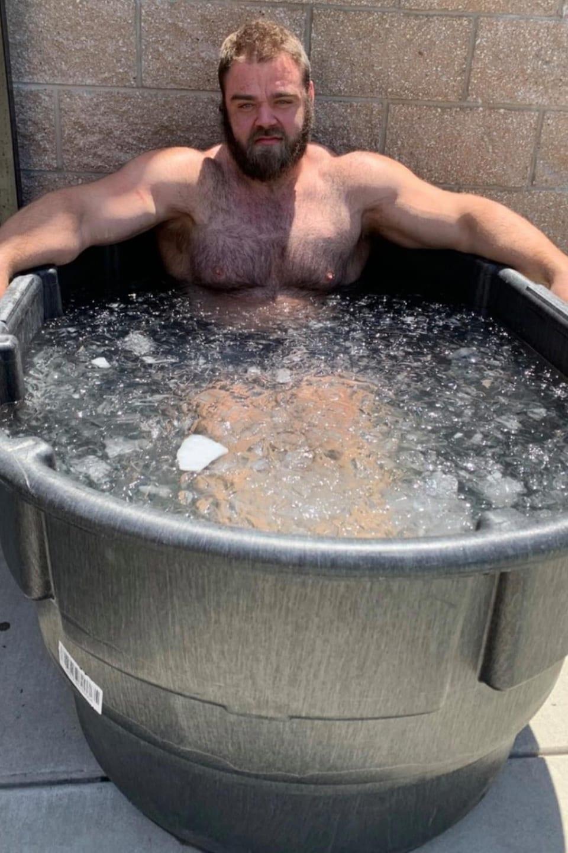 Un homme fort dans un bain de glace.