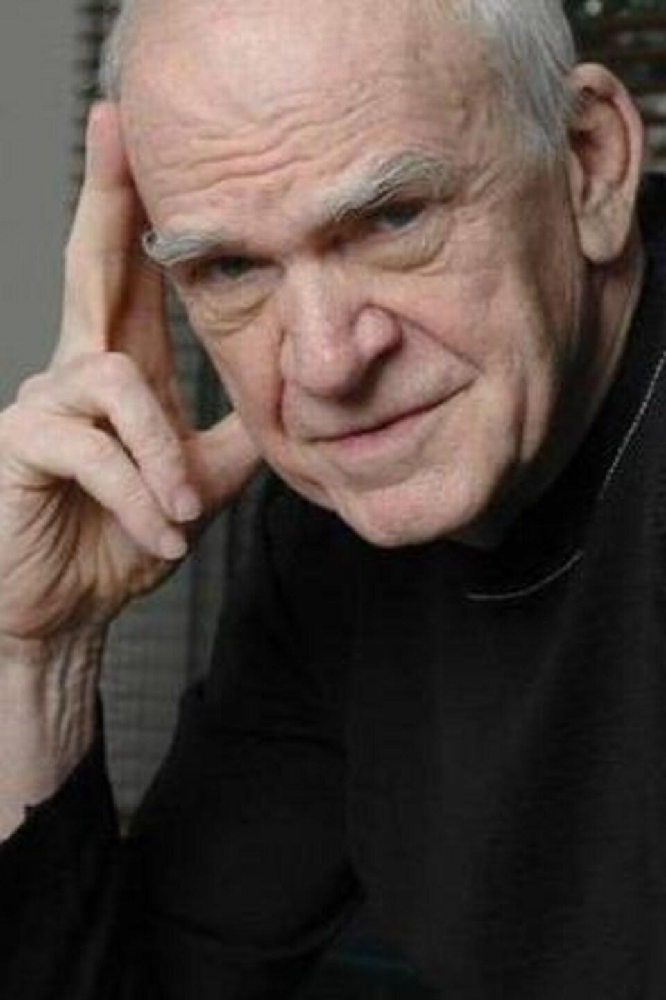 L'écrivain Milan Kundera. Un vieil homme au regard pénétrant.