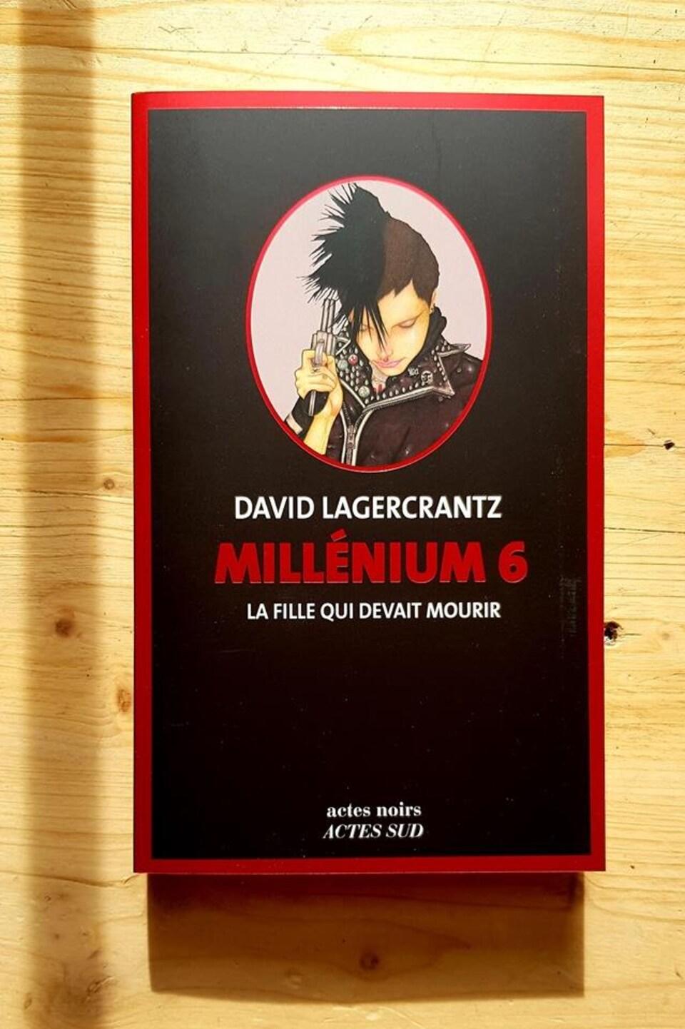 Photo de la couverture du livre, qui est noire avec le titre écrit en rouge vif.