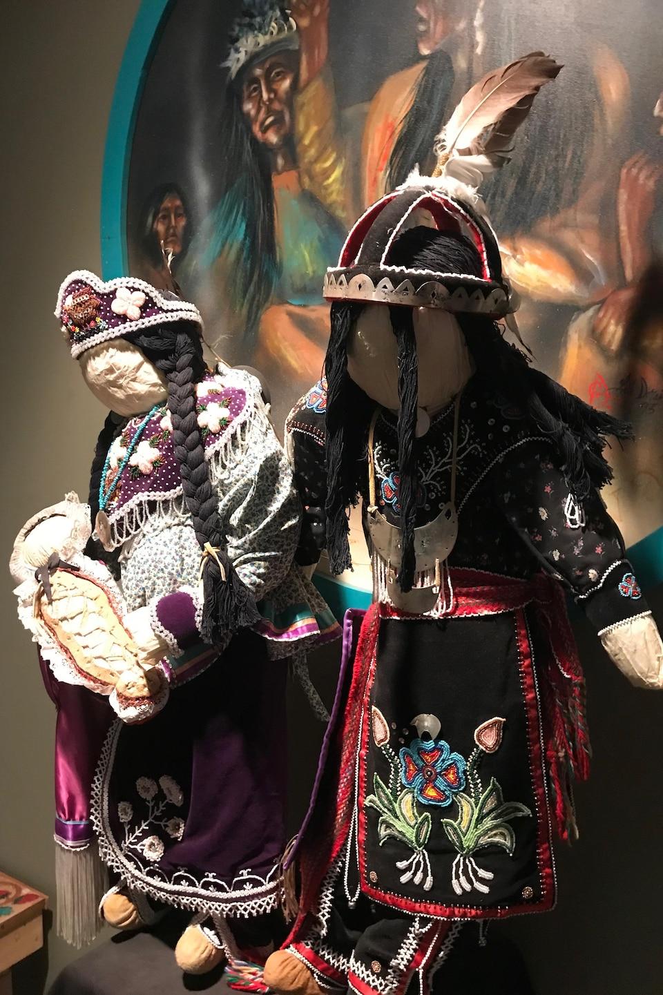 Des répliques d'habits traditionnels mohawks