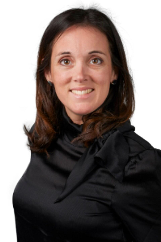 Nathalie Pelletier pose devant un fond blanc