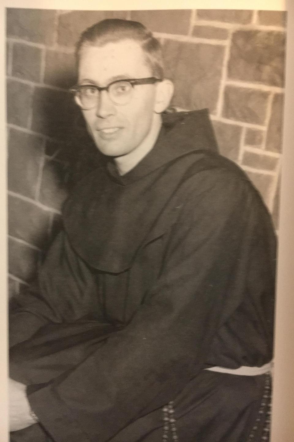 Une photo en noir et blanc montre un jeune Raymond Currie en soutane, en 1960.