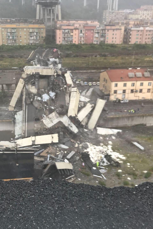 Des débris de la structure du pont autoroutier s'accumulent au sol.