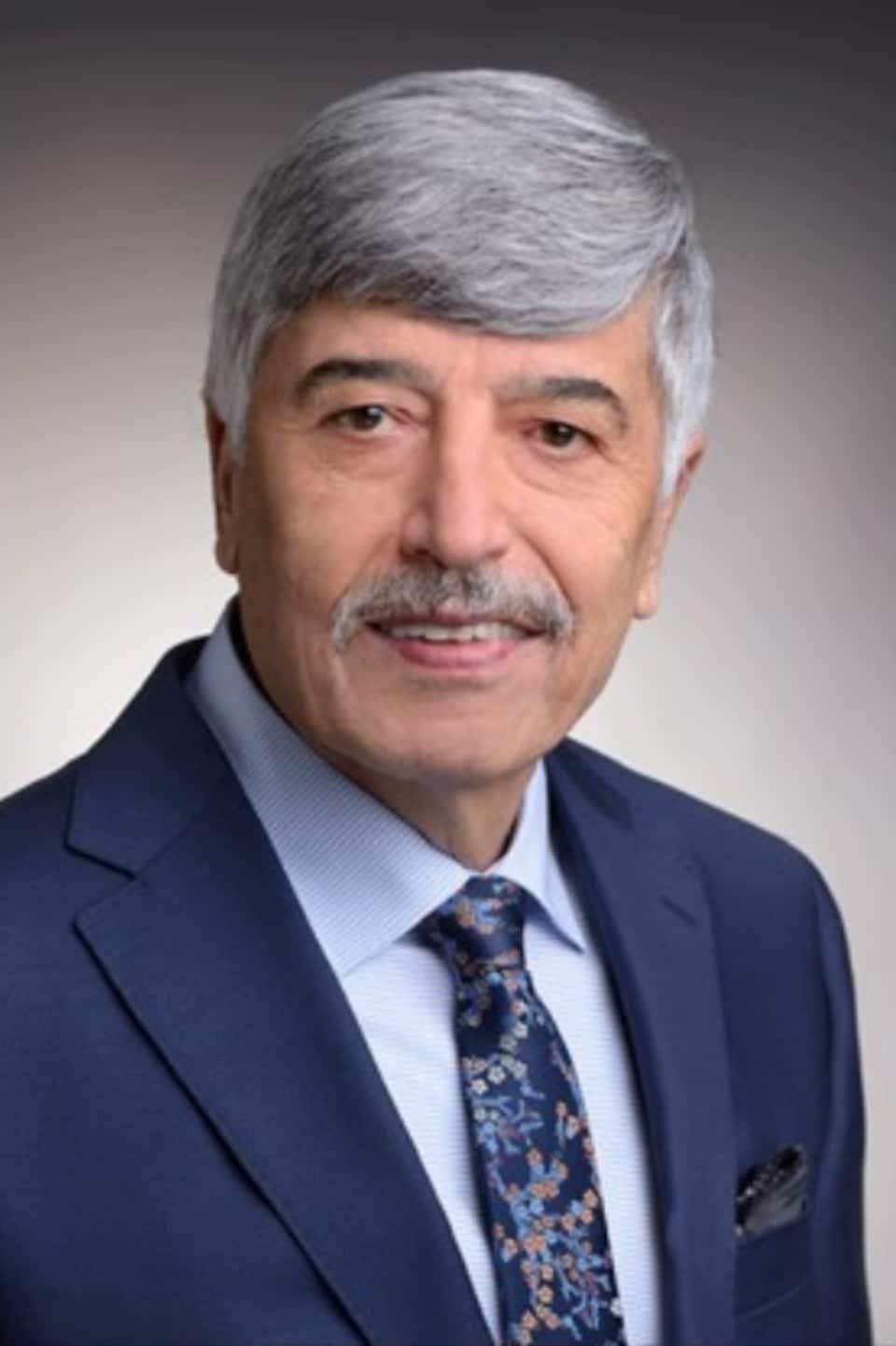 Une photo du professeur Masoud Farzaneh devant un fond gris.