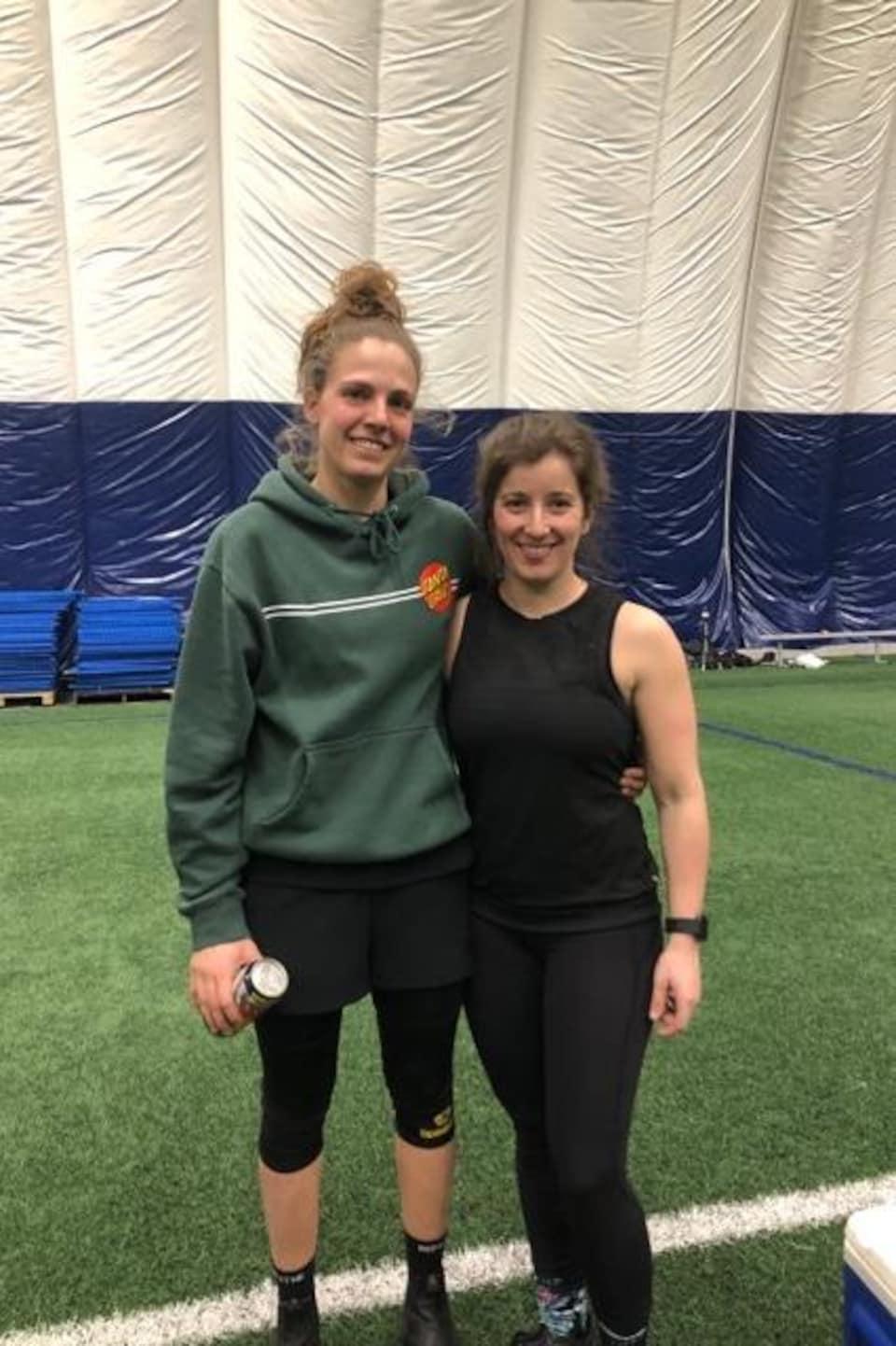 Frédérique Crête et Pamela Mimeault  lors d'un entraînement de spikeball