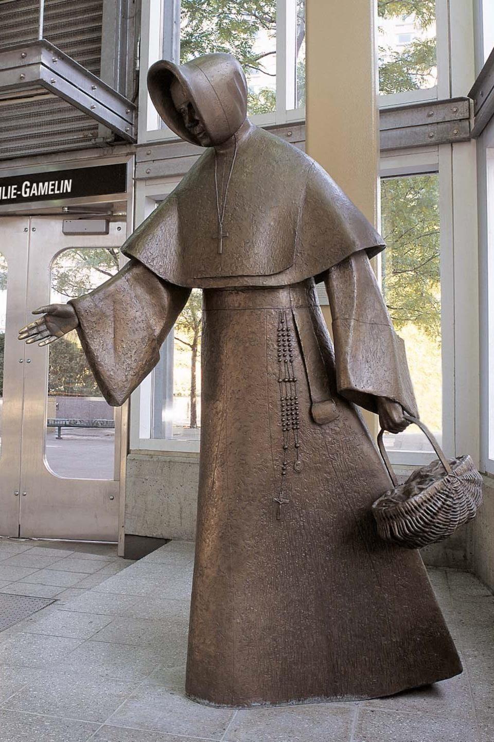 La statue d'Émilie Gamelin réalisée par Raoul Hunter en 1999