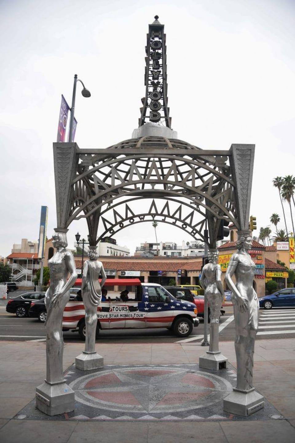Kiosque en métal formé de statues en métal