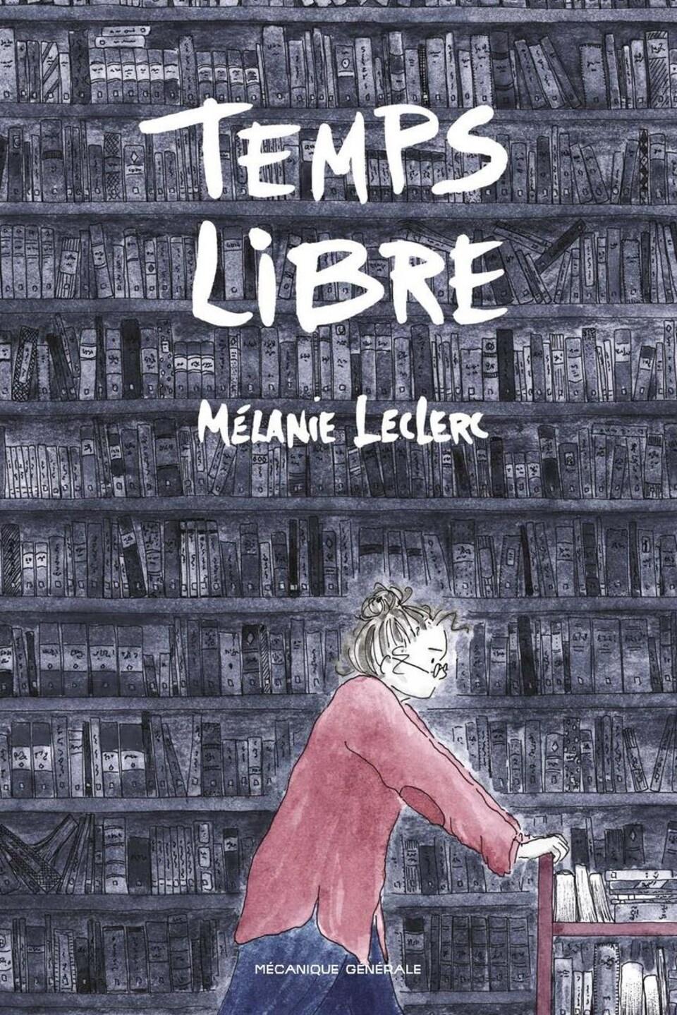 Page couverture de la bande dessinée. Une femme pousse un chariot de livres devant une immense bibliothèque remplie de livres.