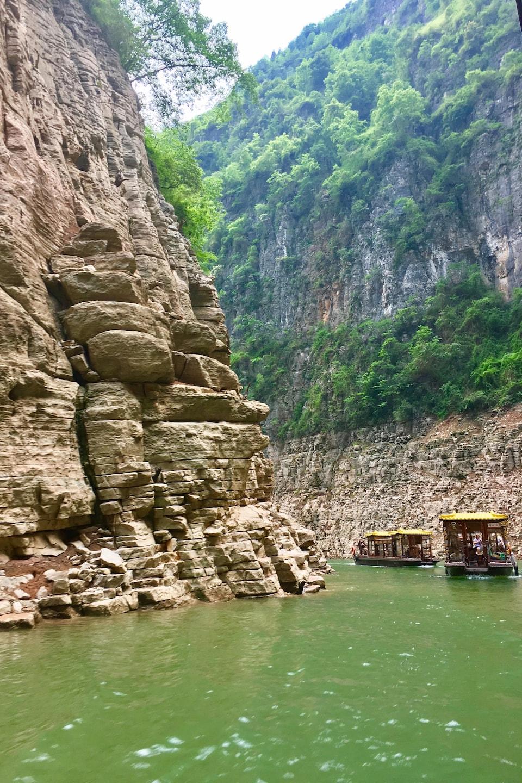 Des bateaux voguant sur l'eau entre les montagnes.