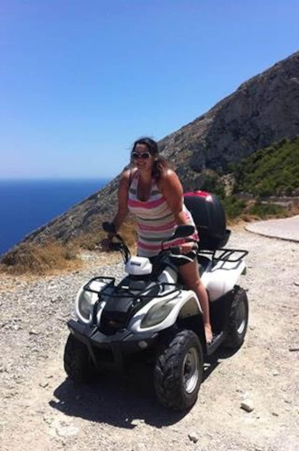 Pamela Champagne sur un VTT, à Santorin, en Grèce