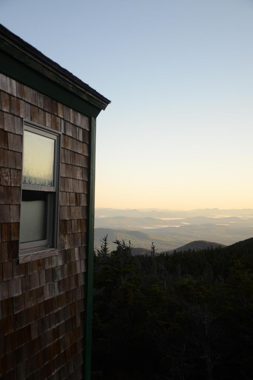 Un lever de soleil près du mont Lafayette et une partie d'une hutte