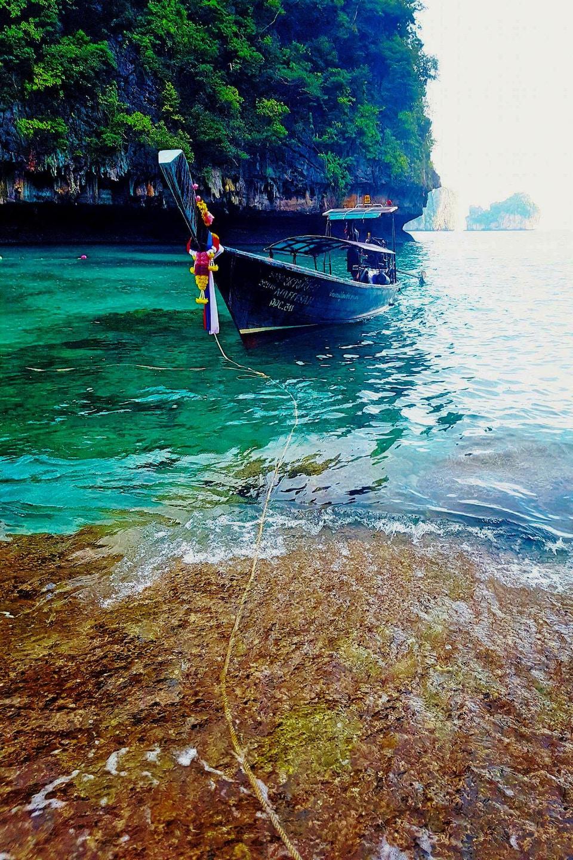 Un bateau sur la baie de Maya, en Thaïlande