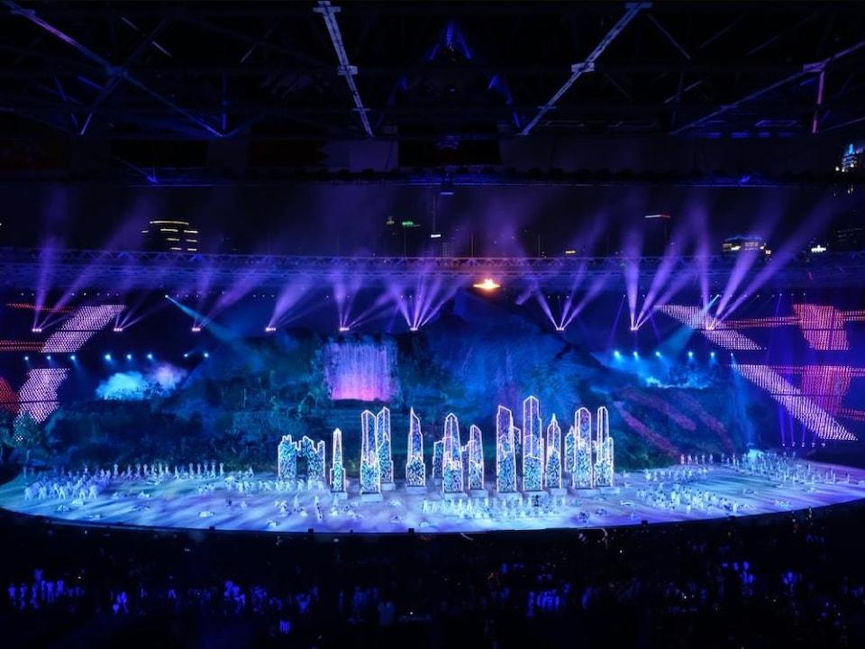 Des gens sont sur une scène illuminée.