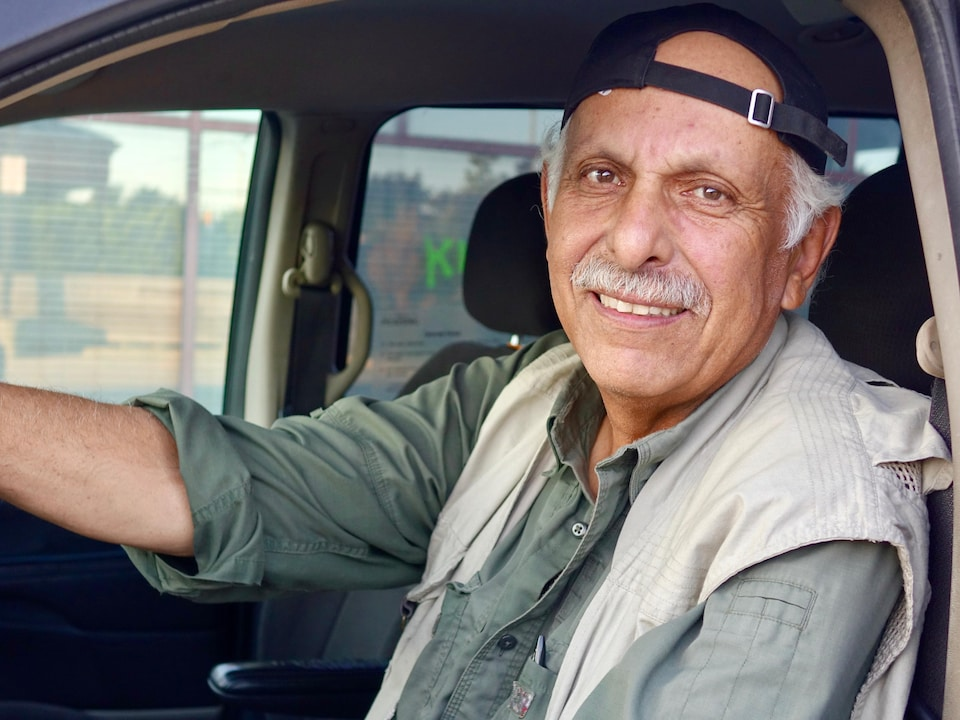 Abdol Nadi, d'origine afghane, est au volant de son taxi.