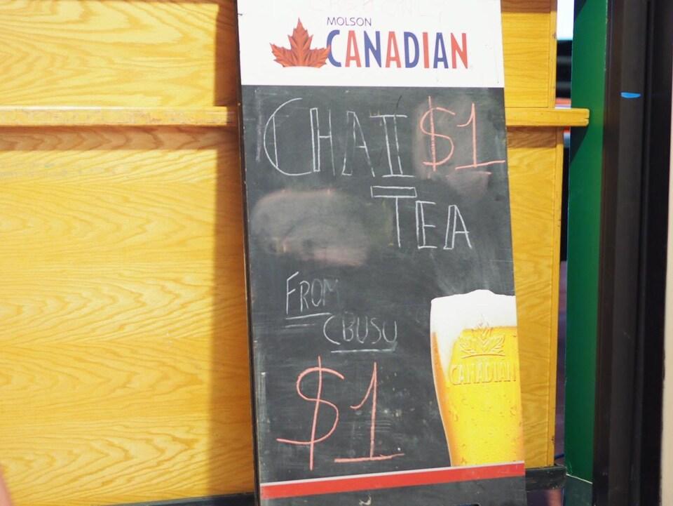 Une affiche de bar avec le prix du thé chaï à 1 $.