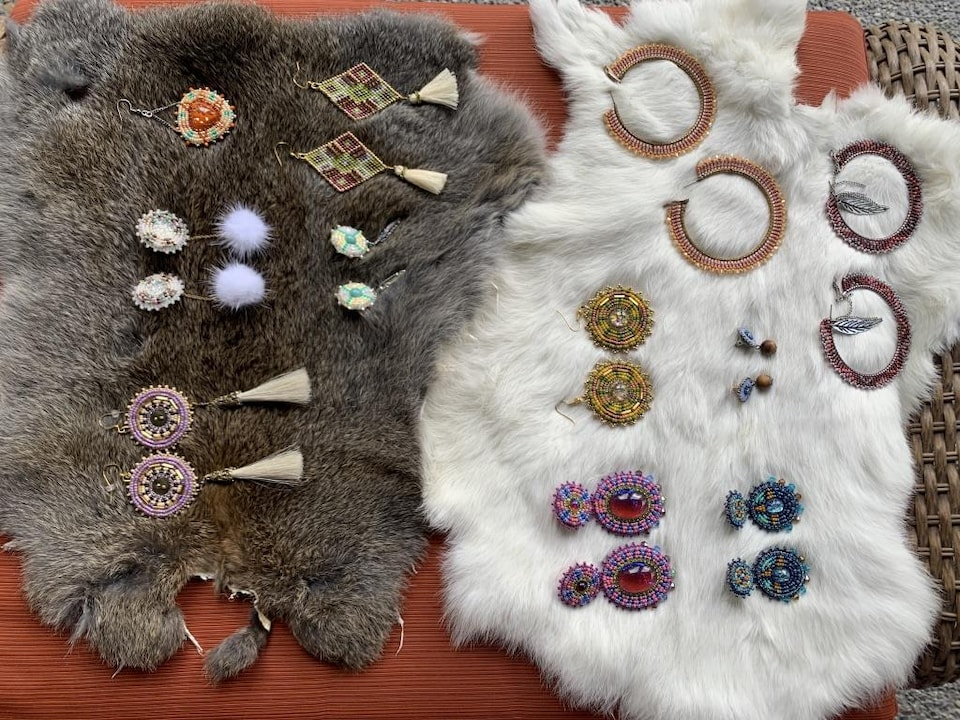 Plusieurs boucles d'oreilles sont placées sur la fourrure de lapin.
