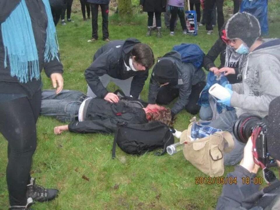 Un étudiant est couché par terre après avoir été blessé à la tête