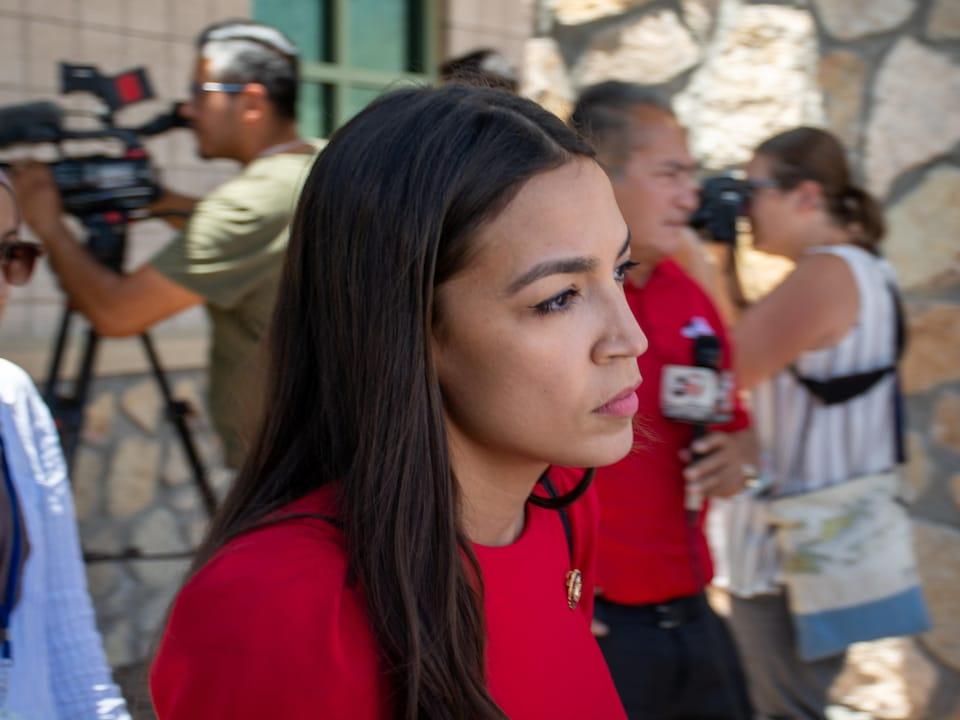 Alexandria Ocasio-Cortez, de profil.