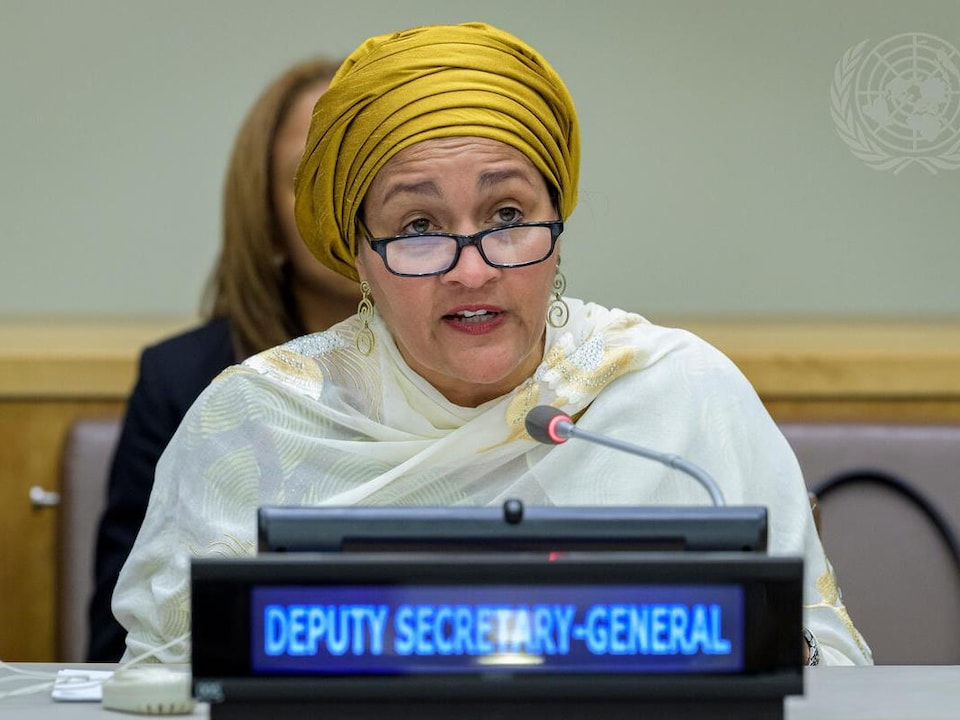 Amina J. Mohammed assise à une table.