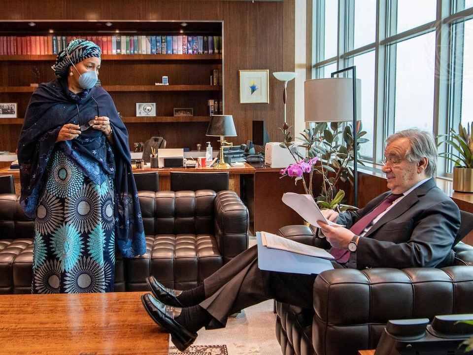 Amina J. Mohammed (debout) parle à Antonio Guterres (assis).