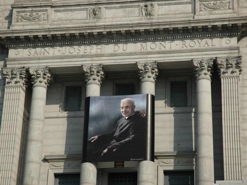 Une photo du frère André sur la façade de l'oratoire.