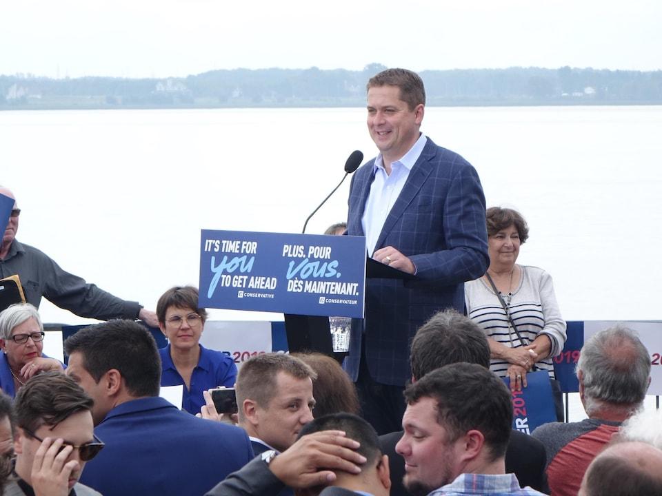 Le chef conservateur fait une annonce devant des partisans à Trois-Rivières.