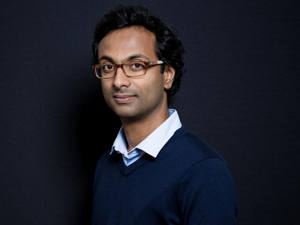 Anjan Sundaram, légèrement de profil