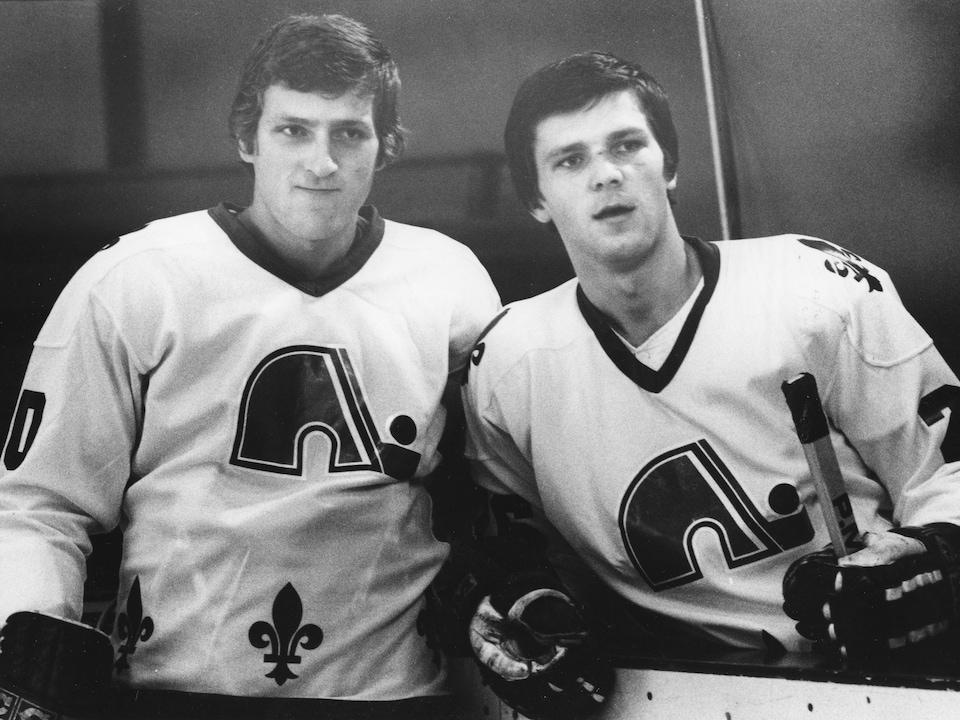 Anton et Peter Stastny derrière la bande, à leurs débuts avec les Nordiques, en 1981.