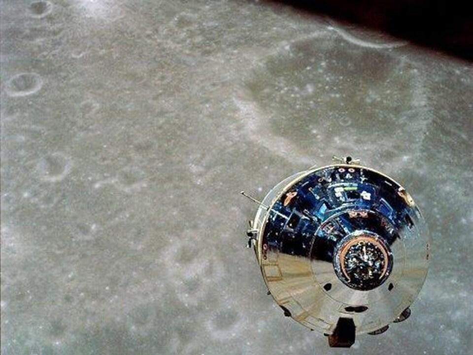 Le module de commande et de service d'Apollo 10 avec la Lune en arrière plan.